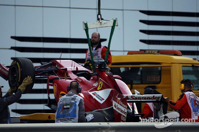 F14-T Ferrari di Fernando Alonso, Ferrari, viene riportata di nuovo ai box sul retro di un camion