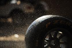 Pirelli, llantas siendo lavadas