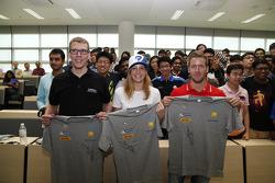 Sam Bird, Virgin Racing ve Michela Cerruti, Trulli, Heriot Watt Üniversite Kampüsünde