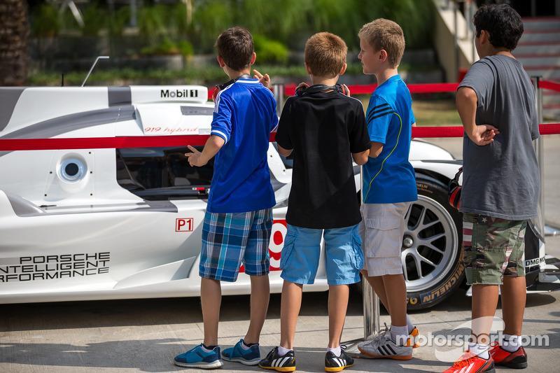 Ragazzi studiano la Porsche 919 Hybrid