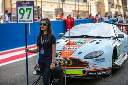 Chica de la parrilla con el #97 Aston Martin Racing Aston Martin Vantage V8: Darren Turner, Stefan Mücke