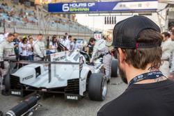 Fernando Alonso studying the pole-setting #14 Porsche Team Porsche 919 Hybrid