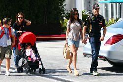 Pastor Maldonado, Lotus F1 Team con la moglie Gabriele e la figlia Victoria