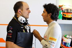 (Da sinistra a destra): Gianpiero Lambiase, Sahara Force India F1 ingegnere con Sergio Perez, Sahara Force India F1