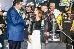 冠军的胜利巷:2014赛季纳斯卡皮卡系列赛冠军车队老板凯尔·布什和麦克·赫尔顿