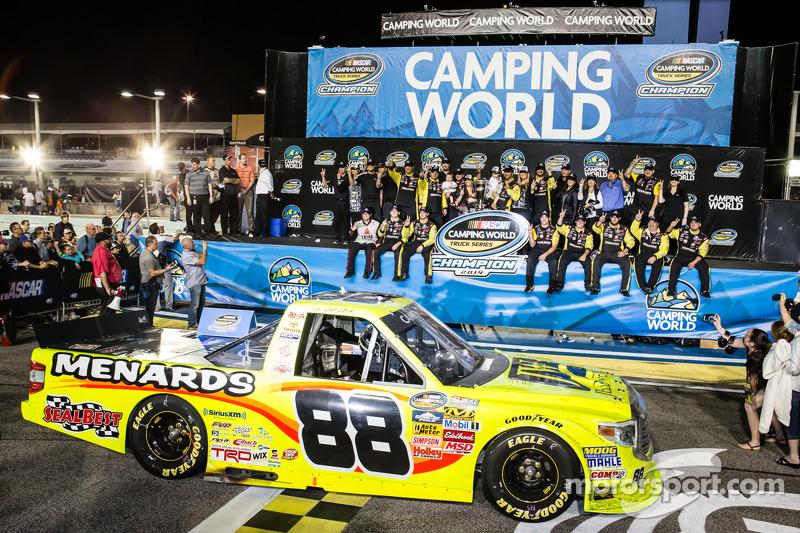 Şampiyona zafer çizgisi: NASCAR Camping Dünya Kamyon Serisi 2014 şampiyonu Matt Crafton kutlama yapıyor
