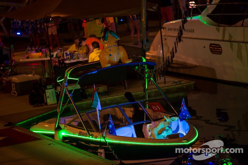 Botes en el puerto durante la noche