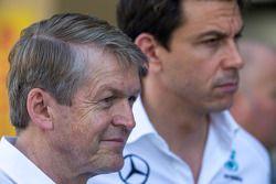 (I a D): Thomas Weber, miembro de la junta de consejo de Daimler AG with Toto Wolff, director ejecut