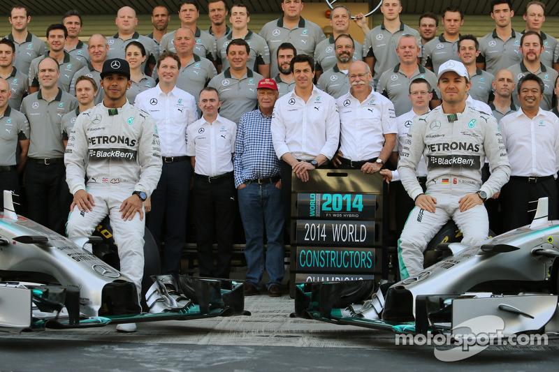 (I a D): Lewis Hamilton, Mercedes AMG F1, y su compañero de equipo Nico Rosberg, Mercedes AMG F1, en la fotografía de la escudería