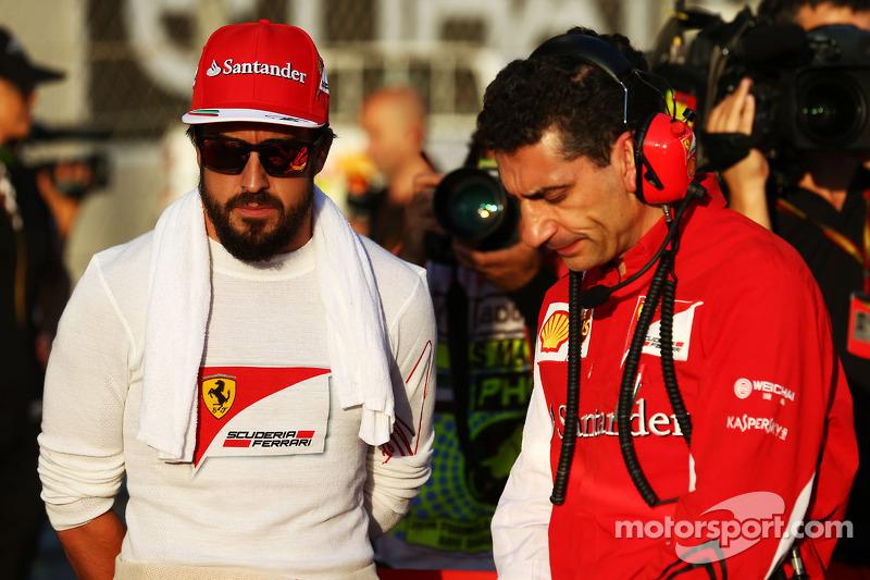 (I a D): Fernando Alonso, Ferrari, con Andrea Stella, ingeniero de carrera de Ferrari, en la parrilla