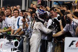 Valtteri Bottas, Williams ve takımı kapalı parkta üçüncü sıra için kutlama yapıyor
