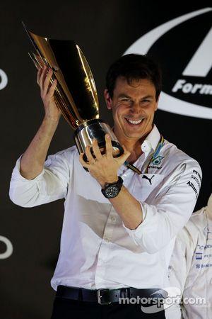 Toto Wolff, Mercedes AMG F1 Hissedarı ve Genel Müdürü podyumda kutlama yapıyor