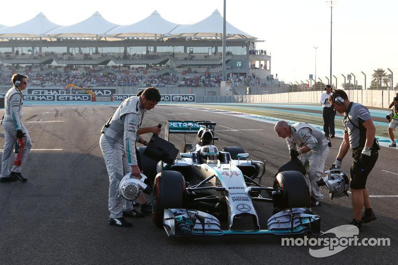 Lewis Hamilton, Mercedes AMG F1 W05 en la parrilla