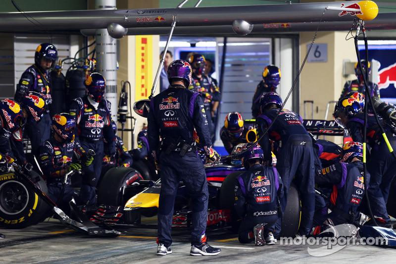 Daniel Ricciardo, Red Bull Racing RB10 pitstop yapıyor