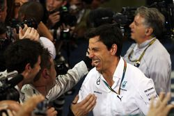 Toto Wolff, Mercedes AMG F1 Hissedarı ve Genel Müdürü kapalı parkta kutlama yapıyor