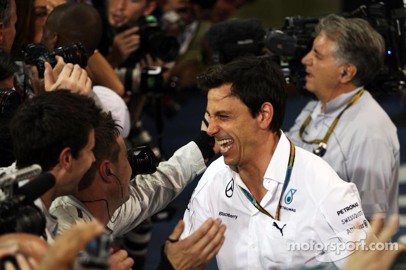 Toto Wolff, Mercedes AMG F1 Socio e Direttore Esecutivo festeggia nel parco chiuso
