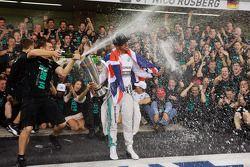 El ganador y campeón del mundo Lewis Hamilton, Mercedes AMG F1 celebra con el equipo