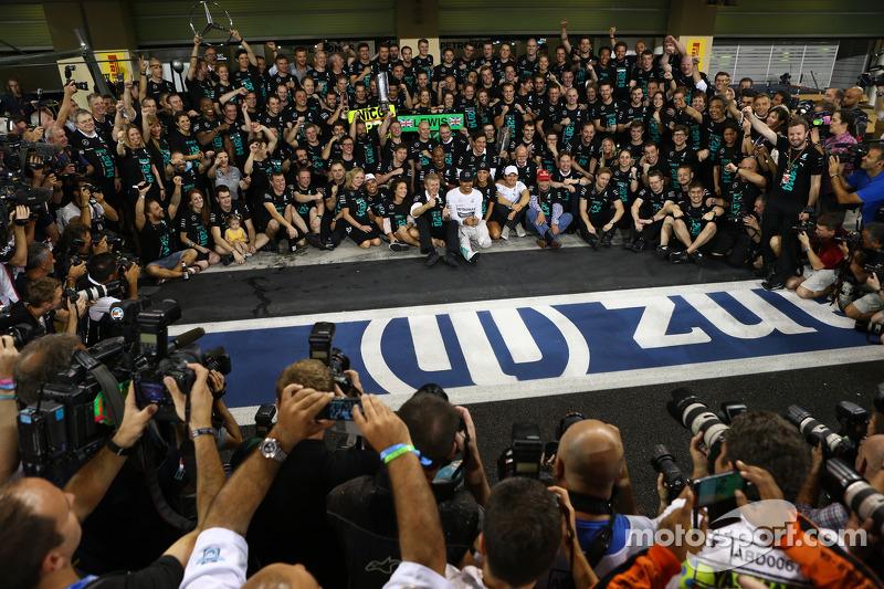 Ganador y campeón del mundo Lewis Hamilton, Mercedes AMG F1 W05, con Nicole Scherzinger, cantante, n