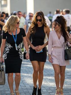 梅赛德斯AMG F1车队车手刘易斯·汉密尔顿的继母琳达·汉密尔顿和汉密尔顿的女友歌手尼科尔·施尔青格