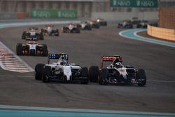 Valtteri Bottas, Williams FW36 ve Daniil Kvyat, Scuderia Toro Rosso STR9 pozisyon için mücadele ediy