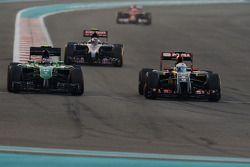 Will Stevens, Caterham CT05 ve Romain Grosjean, Lotus F1 E22 pozisyon için mücadele ediyor
