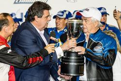 Kampioenschap victory lane: NASCAR Nationwide Series 2014 kampioen eigenaar Roger Penske met NASCAR-president Mike Helton