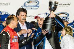 冠军的胜利巷:2014赛季纳斯卡全国系列赛冠军车队老板罗杰·潘士奇和纳斯卡主席麦克·赫尔顿