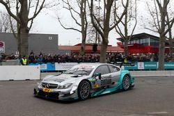 驾驶梅塞德斯AMG C-Coupe的丹尼尔·朱尼卡德拉