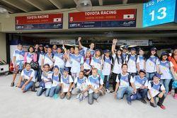 Niños brasileños visitan al equipo Toyota
