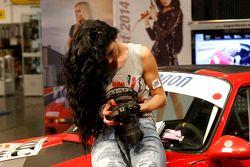 Une jeune femme regarde la caméra