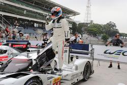 Il vincitore della gara Neel Jani, pilota del Team Porsche, festeggia