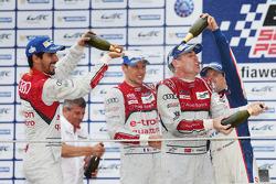 Podio: terzo posto Lucas di Grassi, Loic Duval, Tom Kristensen