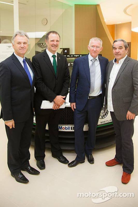 Brian Gush, diretor de automobilismo da Bentley, e Norbert Brückner, chefe de equipe da HTP Motorsport, com outros diretores para foto do anúncio da participação da HTP Motorsport na Bentley Continental GT3 - 2015