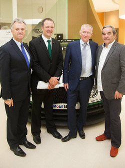 Brian Gush, Bentley Motorsport-directeur, en Norbert Brückner, HTP Motorsport-teambaas, poseren samen met andere officials voor een foto tijdens de aankondiging van HTP Motorsport als team dat de Bentley Continental GT3 in 2015 gaat inzetten