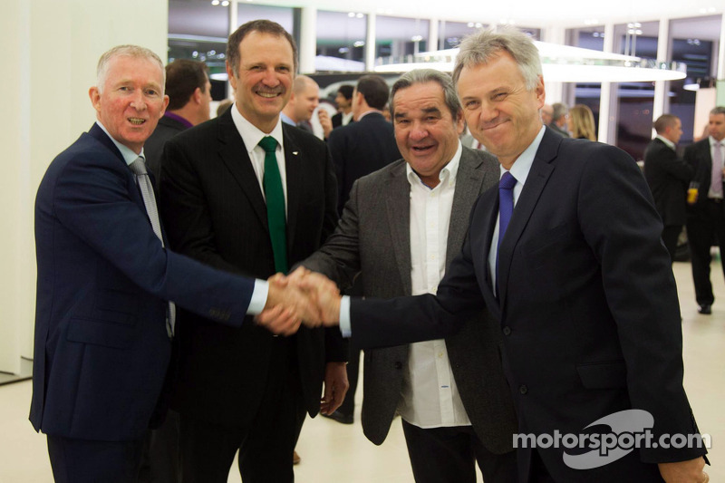 Brian Gush, Bentley Motorsport-directeur, en Norbert Brückner, HTP Motorsport-teambaas, poseren same