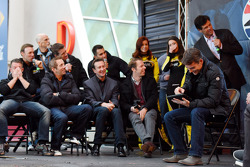 Matt Kenseth, A.J. Allmendinger, Carl Edwards, Greg Biffle, Kurt Busch, Aric Almirola, Brad Keselowski et Michael Waltrip rigolent devant Jeff Gordon