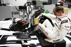 Nico Hulkenberg seat fitting in the Porsche 919 Hybrid