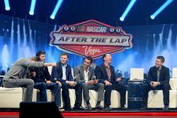 Pilotos do Chase 2014 riem no palco