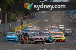 Start: Jamie Whincup, Red Bull Holden leidt