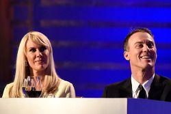 El campeón 2014 Kevin Harvick, Stewart-Haas Racing, con su esposa DeLana Harvick