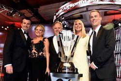 Rodney Childers, Katrena Childers, Gene Haas, DeLana Harvick y Kevin Harvick posan con el trofeo de