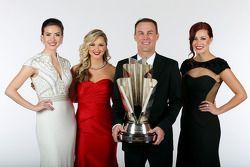 Senhorita Sprint Cups Madison Martin, Kim Coon, e Julianna White posam para uma foto com da Nascar K