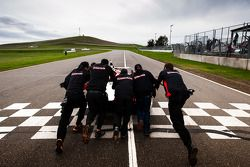 Los ganadores #17 Davidson Racing Norma M20F BMW: Alex Lloyd, Bob Davidson, Brian Frisselle, Kyle Ma