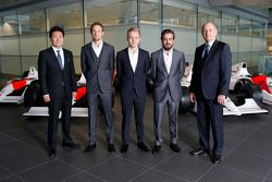 Yasuhisa Arai, baas van Honda Motorsport, Jenson Button, Kevin Magnussen, Fernando Alonso en Ron Den