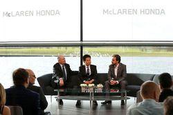 Yasuhisa Arai, baas van Honda Motorsport, Fernando Alonso en Ron Dennis, voorzitter & CEO van McLare
