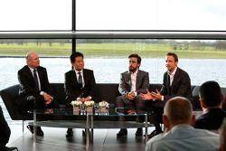 Yasuhisa Arai, baas van Honda Motorsport, Jenson Button, Fernando Alonso en Ron Dennis, voorzitter & CEO van McLaren