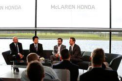 Yasuhisa Arai, Jenson Button, Fernando Alonso et Ron Dennis