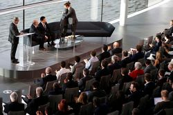 Yasuhisa Arai, baas van Honda Motorsport, Jenson Button, Fernando Alonso en Ron Dennis, voorzitter &