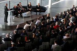 Yasuhisa Arai, Honda Motorsporları başkanı, Jenson Button, Kevin Magnussen, Fernando Alonso ve Ron D