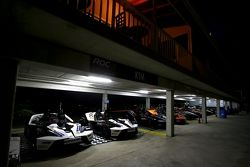 Coches en el área de garages durante la noche